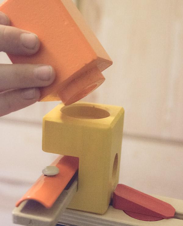 Aufbau leicht gemacht - die Quadrilla Murmelbahn aus Holz mit einfachem System