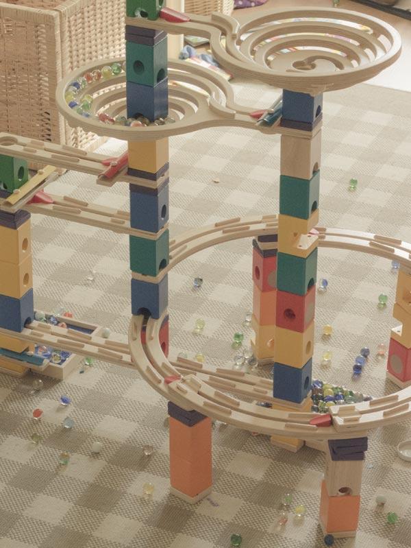 Verschiedene Sets der Quadrilla kann man zu tollen Murmelbahn zusammenbauen.