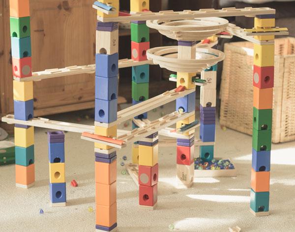 Quadrilla Murmelbahn aus Holz - Aus verschiedenen Sets können große Bahnen gebaut werden