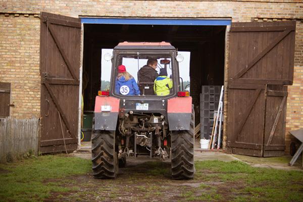 Eine Fahrt mit dem Traktor wurde im Urlaub auf dem Bauernhof für die Kinder auch angeboten