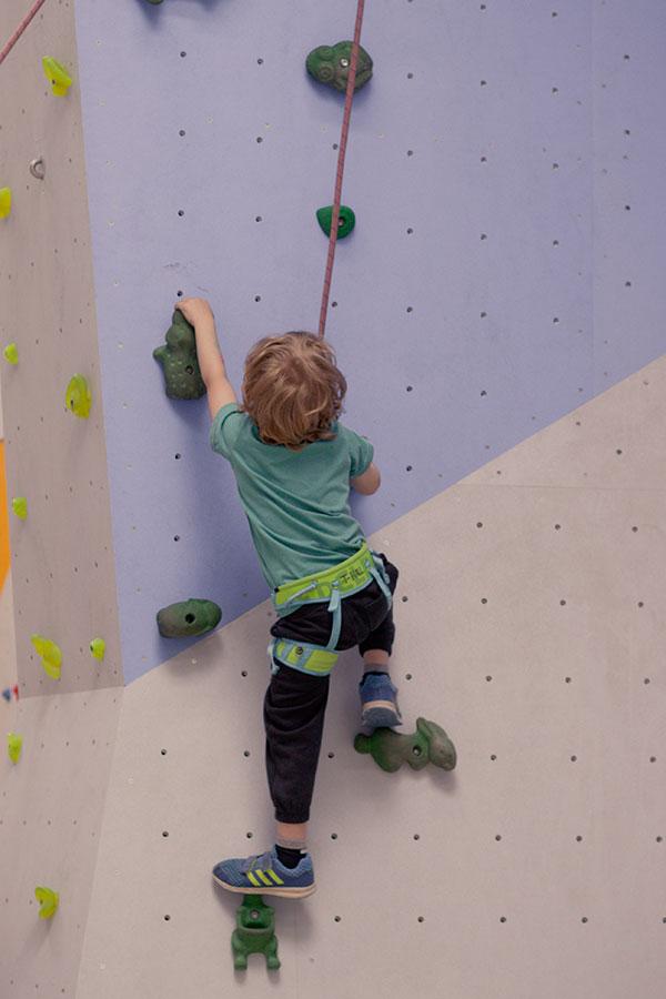 Auch das jüngere Kind klettert schon Toprope, die Abstände der Griffe sind aber mitunter recht groß.