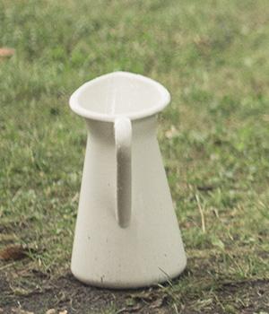 Kinderspaß im Regen - Mit verschiedenen Gefäßen das Regenwasser sammeln.