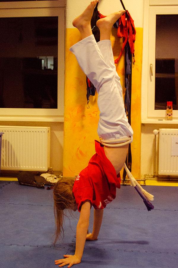 Handstand beim Eltern Kind Capoeira Training