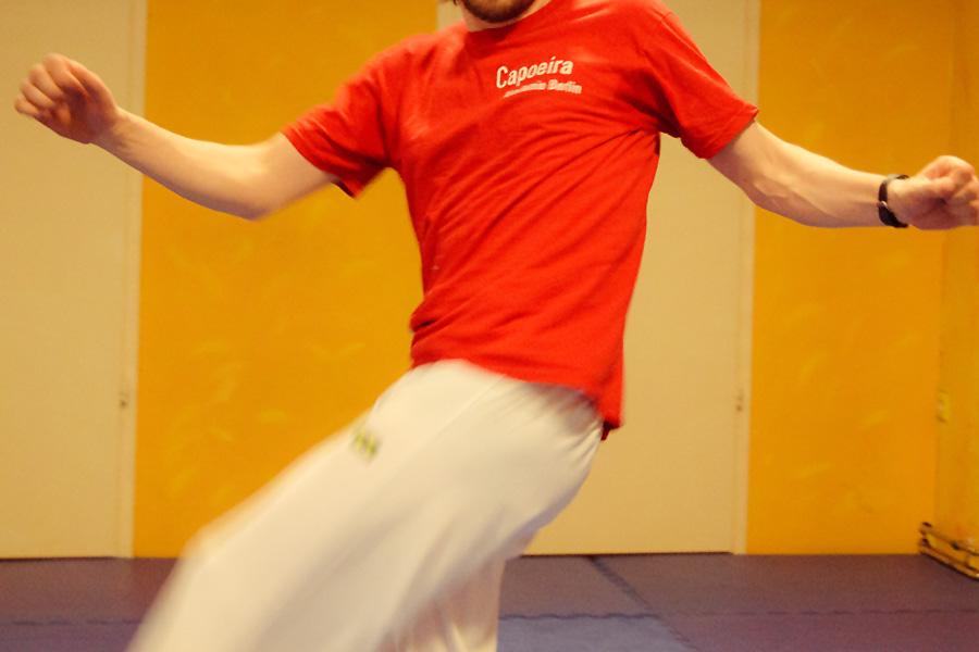 Papa trainiert mit Kind Capoeira