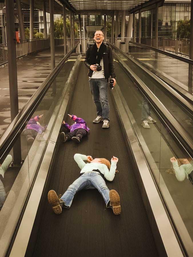 Die Kinder liegen auf fahrenden Gewegen