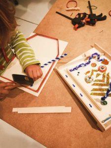 Die Kinder bauen im phaeno einen Flipper