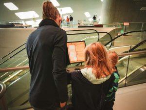 Familie liest Anleitung im phaeno