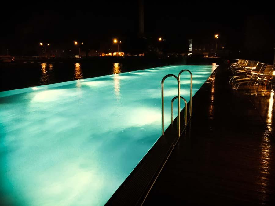 Entspannung am Abend im Pool im Ritz Carlton in Wolfsburg