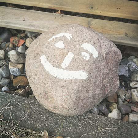 Mit Gesicht bemalter Stein