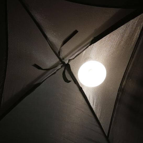 Der Schein der Wohnzimmerlampe durch das Zeltdach