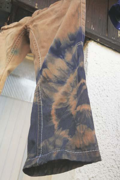 Hosenbein mit Batik-Muster