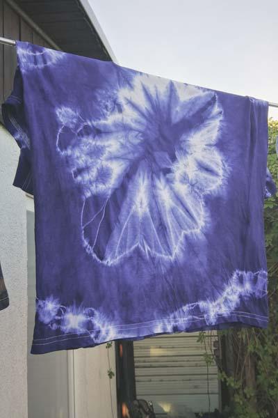 T-Shirt mit Batik-Muster beim Trocknen