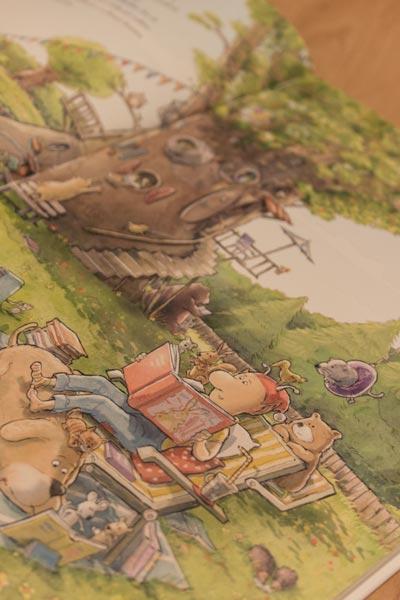 Mux liest den Tieren im Garten vor