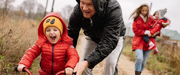 VaterschaftIftMehr, Vorschaubild mit Mann und Kind auf Feldweg, dazu Frau mit Kind im Hintergrund